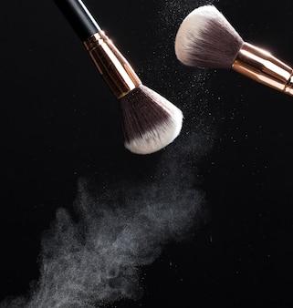 Gros plan sur une brosse cosmétique professionnelle
