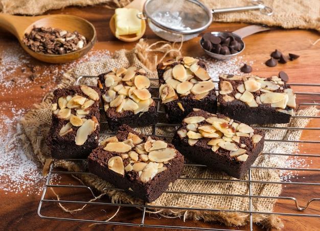 Gros plan sur les brownies aux amandes fraîchement cuites