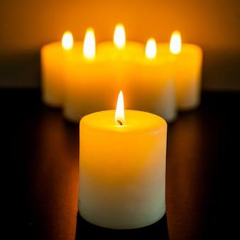 Gros plan de brûler des bougies dans l'obscurité