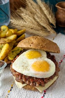 Gros plan de burger fait maison sur bois