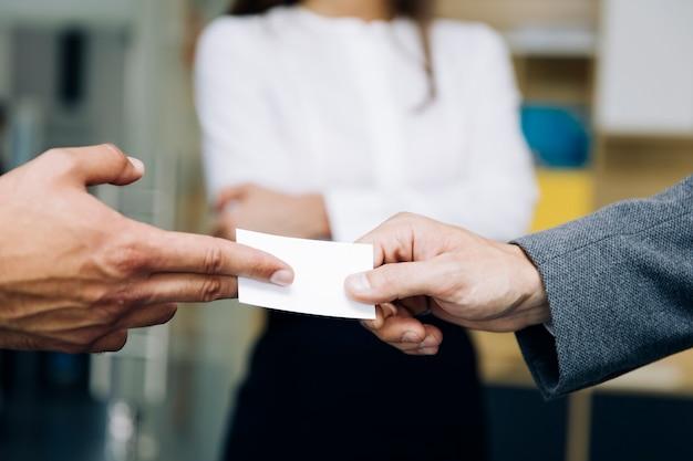 Gros plan, businesspeople, échanger, carte affaires
