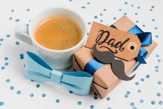 Gros plan cadeau de fête des pères avec café