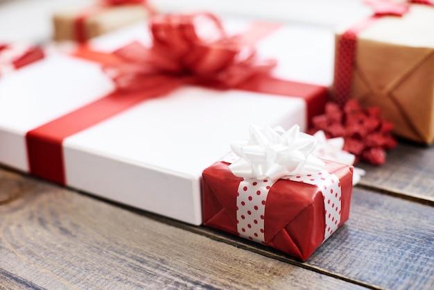 Gros plan de cadeaux colorés