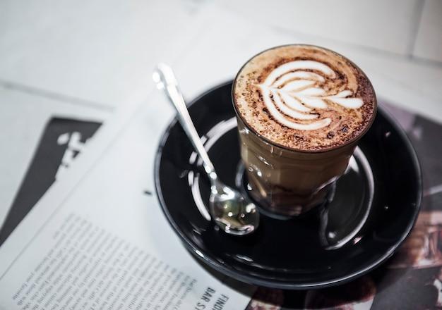 Gros plan de café chaud sur la table