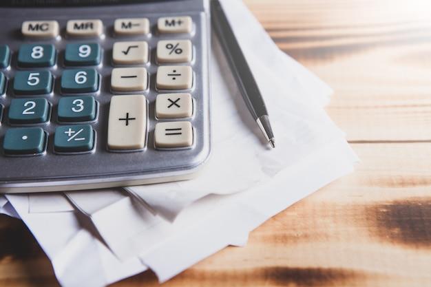 Gros plan calculatrice et rapport financier - concept comptable