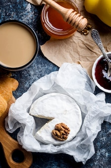Gros plan de camembert avec du miel, des noix, de la vigne. assiette de fromages exquise, vin de nourriture. camembert,