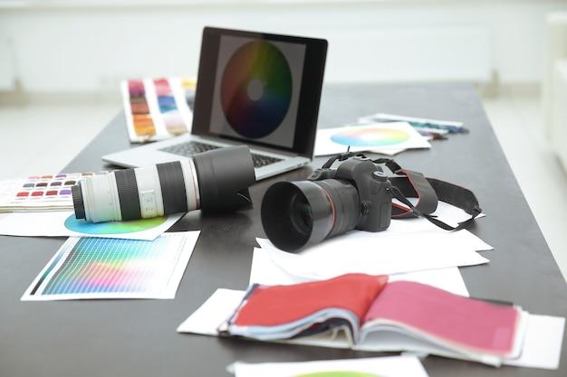 Gros plan.la caméra et des croquis sur le bureau du concepteur .le concept de créativité