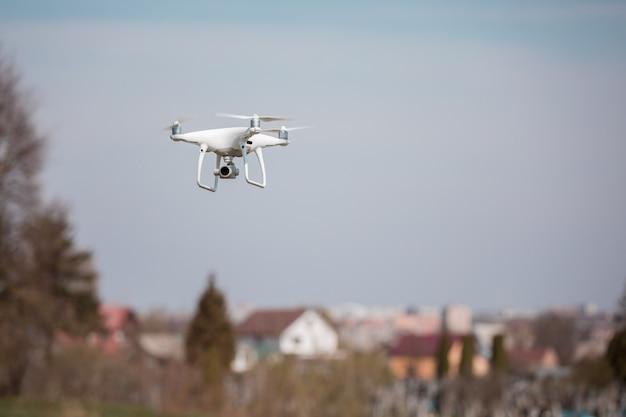 Gros plan sur la caméra de drone blanc. drone quadcopter en vol