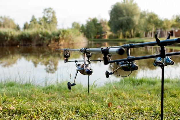 Gros plan d'une canne à pêche moulinet sur un fond de prop et de l'eau