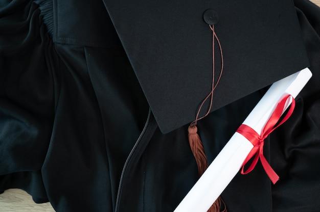 Gros plan sur le capuchon de remise des diplômes et le capuchon de remise des diplômes pendant le diplôme universitaire de début