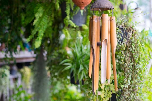 Gros plan sur un carillon de vent en bois