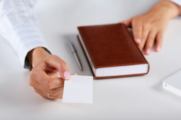 Gros plan, de, carte affaires, dans, main femmes