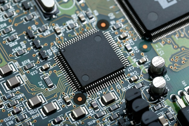Gros plan de la carte de circuit électronique avec microprogramme électronique des composants électroniques