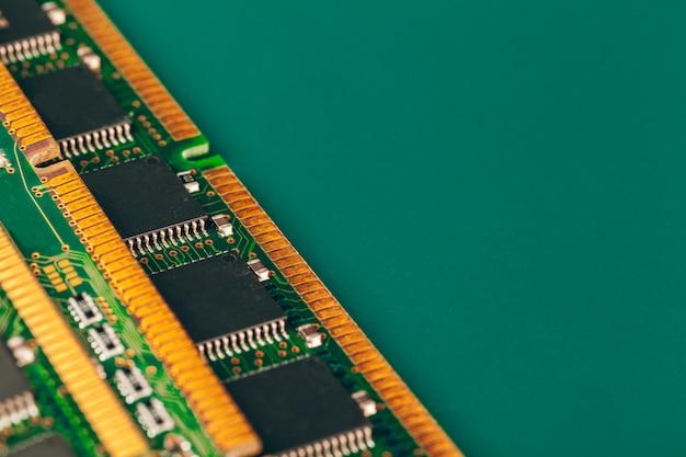 Gros plan d'une carte de circuit électronique avec processeur