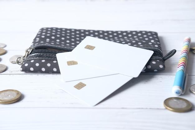 Gros plan des cartes de crédit sur portefeuille sur une surface en bois