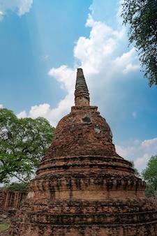 Gros plan cassé et pliant les ruines de la pagode antique (chedi) de l'ancienne capitale du siam ayutthaya au temple wat phra si sanphet, lieu célèbre pour voyager à phra nakhon si ayutthaya, thaïlande