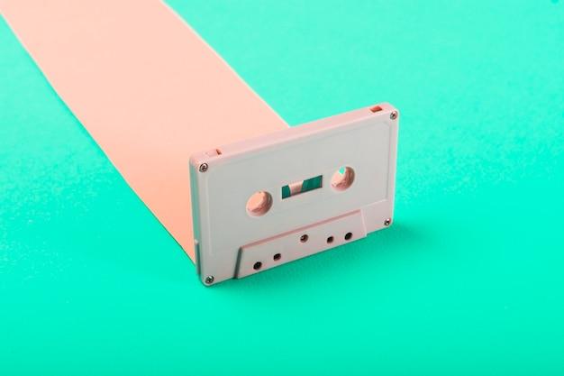 Gros plan d'une cassette audio rétro sur fond bleu
