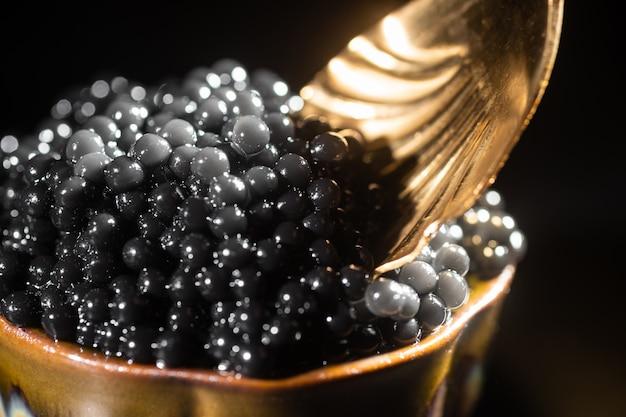 Gros plan de caviar noir et cuillère