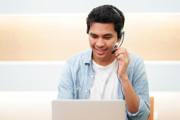Gros plan, centre d'appel, homme asiatique, parler, sur, casque à écouteurs, à, client, pour, bonne expérience, servic