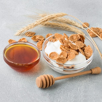 Gros plan des céréales avec du miel
