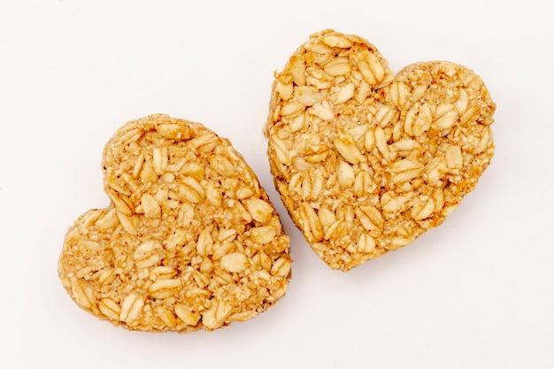 Gros plan de céréales en forme de coeur sur fond blanc