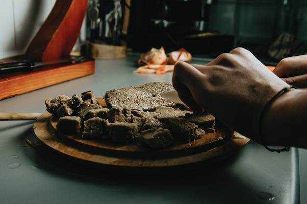 Un gros plan de certains aliments végétaliens de tofu sur la poêle pendant la cuisson dans la cuisine