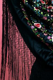 Gros plan châle manila avec fond rose