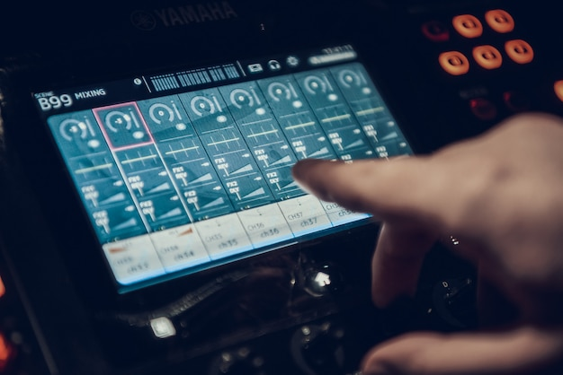 Gros plan chanson de l'ingénieur du son au studio