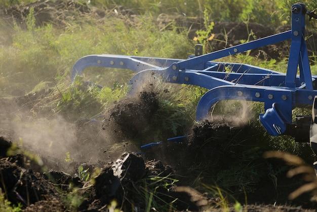 Gros plan de la charrue agricole, machines agricoles.