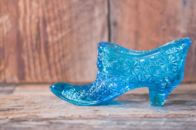 Gros plan d'une chaussure crustale bleue