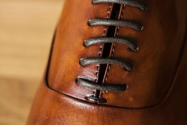 Gros plan de la chaussure en cuir