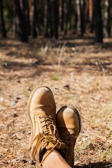 Gros plan, chaussures, lumière soleil, sentier forestier