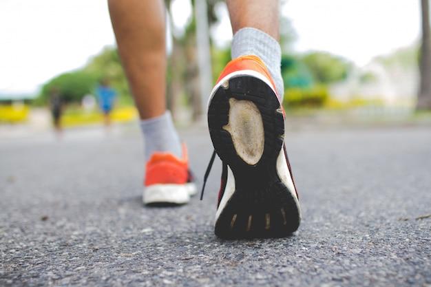 Gros plan des chaussures de marche pour hommes. concept d'entraînement, marche pas à pas