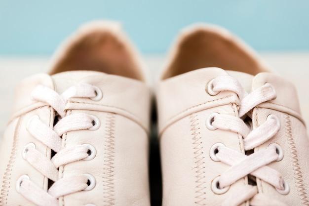 Gros plan des chaussures pour hommes en cuir blanc. lacet de chaussure regarder de près.