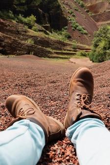 Gros plan sur des chaussures de randonnée