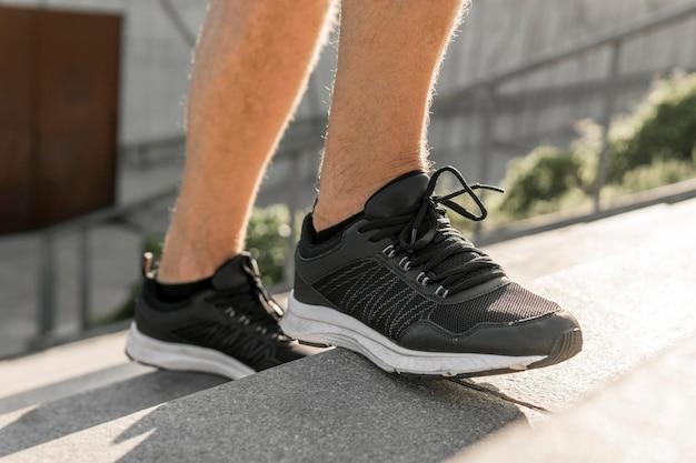 Gros plan sur les chaussures de sport homme