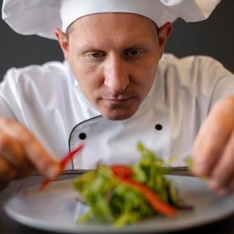 Gros plan, chef cuisinier, préparer, plat