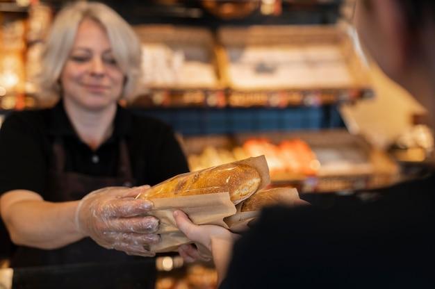 Gros plan sur le chef pâtissier préparant la nourriture