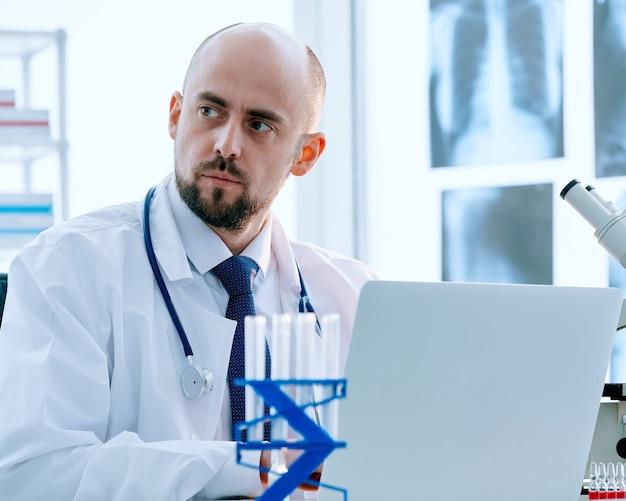Gros plan sur le chercheur travaille sur un ordinateur portable dans une photo de laboratoire médical avec un espace de copie