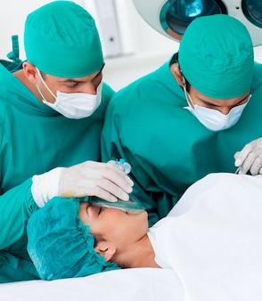 Gros plan, chirurgiens, patient, mensonge, table opératoire