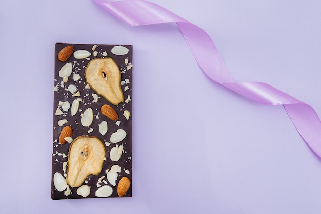 Gros plan de chocolat artisanal naturel sur un fond clair.