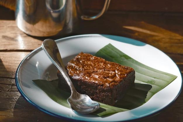Gros plan de chocolat brownie doux sur plat blanc