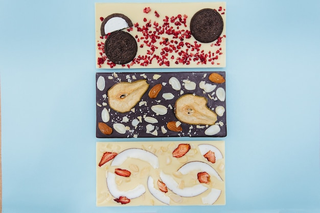 Gros plan de chocolat fait main naturel sur un fond clair.