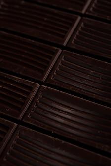 Gros plan, de, chocolat noir, barre, tuiles