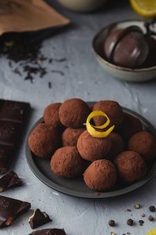 Gros plan, chocolat, truffes, noir, poivre, citron, zeste