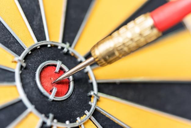 Gros plan cible de fléchettes avec la flèche sur le bullseye