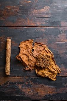Gros plan sur le cigare et la feuille de tabac séchée