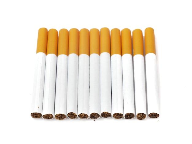 Gros plan sur une cigarette et la feuille de tabac qui est dans les cigarettes