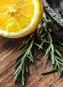 Gros plan de citron et de romarin