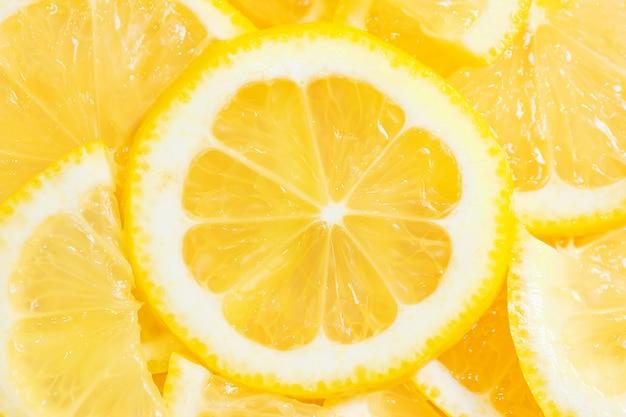 Gros plan de citron en tranches.